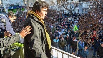 Juan Calos Levi salió al balcón de la sede la UOCRA ante sus seguidores.