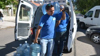 A pesar del costo, muchas familias prefieren tomar agua envasada.