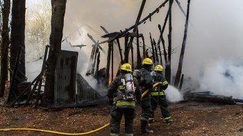 un feroz incendio destruyo por completo un galpon en san martin de los andes
