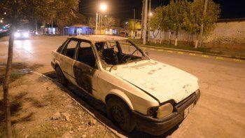 El Ford Escord fue incendiado en República de Italia y Moritán.