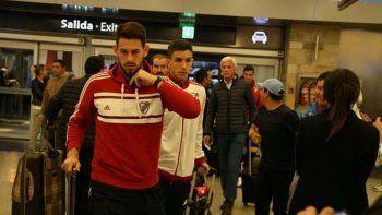 El plantel de River anoche partió hacia Ecuador para jugar mañana.