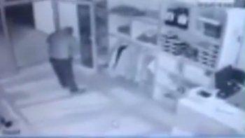 centenario: un delincuente se robo 60 mil pesos de un local de ropa