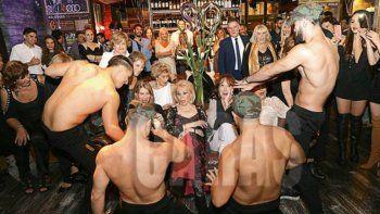 la mama de burlando recibio sus 80 rodeada de strippers