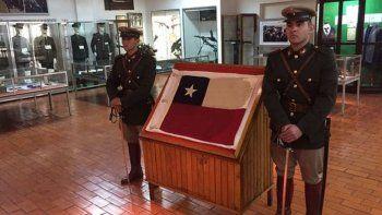 argentina restituye a chile una bandera retenida desde 1965