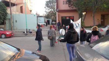 protesta de personal de limpieza del hospital complica el transito