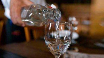 los restaurantes deberan ofrecer agua potable gratis a sus clientes