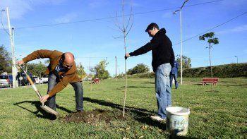 La Municipalidad plantó un árbol en homenaje al nieto recuperado 122