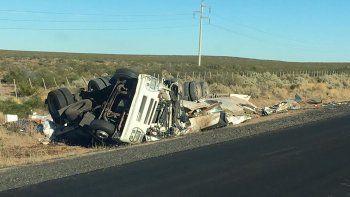 impresionante vuelco de un camion tras chocar contra otro