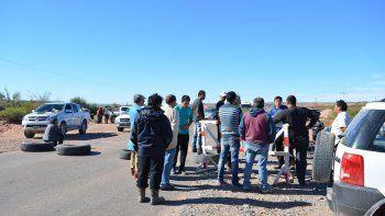 Por segundo día, los despedidos salieron a bloquear accesos a yacimientos.