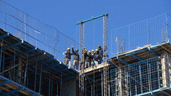 Obreros de distintos países levantan un edificio en Neuquén.