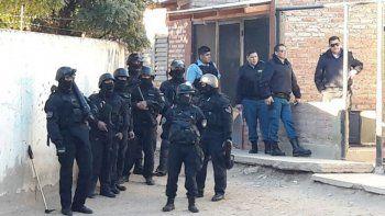 un detenido en 9 allanamientos por ataques contra la policia