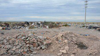 Muchos lugares se convierten en microbasurales en cuestión de minutos, a partir de empresas o vecinos que eligen el lugar para arrojar la basura.