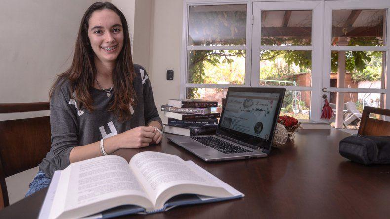 A los 8 años Julieta descubrió su pasión por los libros leyendo la saga de Harry Potter. Ahora comparte esta pasión con miles de personas.