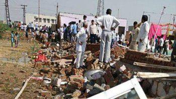 Se derrumbó una casa en India: 26 muertos