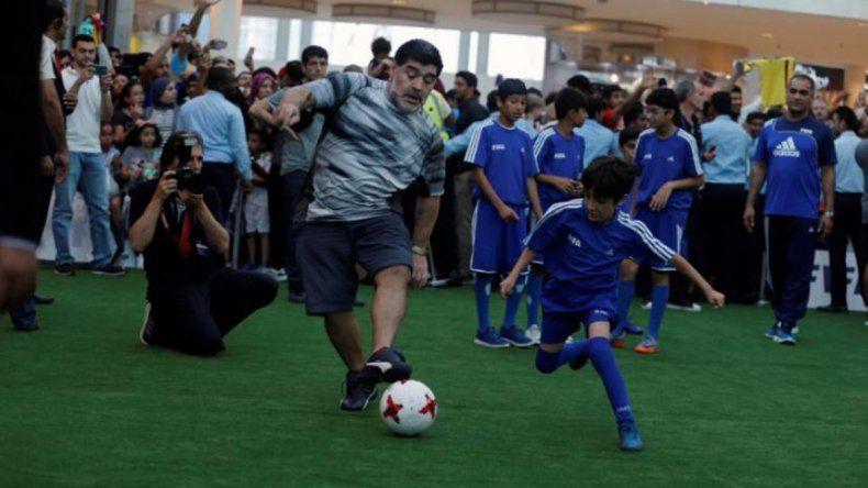 Maradona y Ronaldhino revolucionaron un shopping en Bahrein