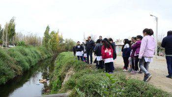 Alumnos de la Escuela 136, en el canal Villa María.