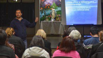 Un voluntario de la Red Sanar durante una de las charlas la semana pasada en Neuquén. Tienen dos sedes en la ciudad.