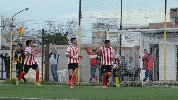 Huguito ganó en las alturas, remató de cabeza al travesaño, dio en la espalda de Tanfulla y se metió para el 1-0.