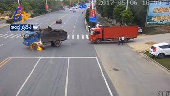 Tremendo choque e incendio entre una moto y un camión
