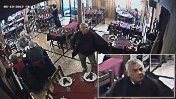 filman a un hombre que roba carteras y mochilas en restaurantes