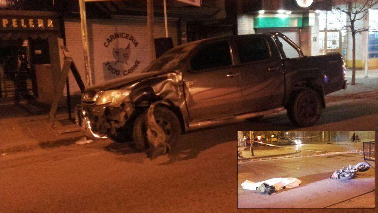 Un soldado cruzó un semáforo en rojo en su moto, chocó con una camioneta y murió