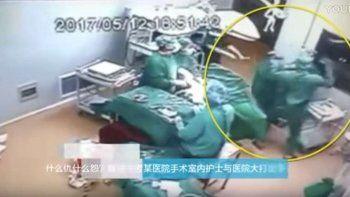 Un médico trompea a una enfermera en plena cirugía