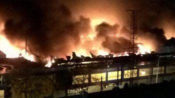 Impresionante incendio en la feria La Saladita