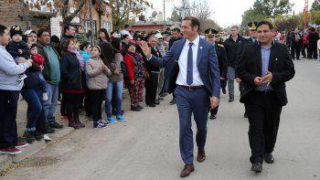 El gobernador y el intendente Ramón Oses saludan a la comunidad local.