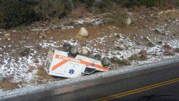 una ambulancia trasladaba a una paciente a neuquen y volco en la 40