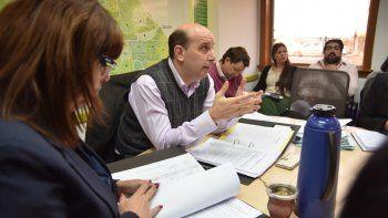 Concejales escucharon las explicaciones del director de Deportes, Ariel López, sobre el método de contratación de los guardavidas.