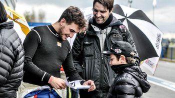 Lautaro junto a unos fans que le entregaron un regalo muy especial.