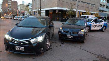 Brutal choque entre dos vehículos en pleno centro neuquino