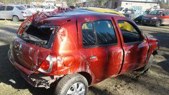 El Renault Clio quedó destruido luego de que el menor volcara y chocara contra el portón de una casa.