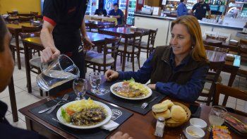 Los restaurantes deberán proveer agua en forma suficiente y gratuita.