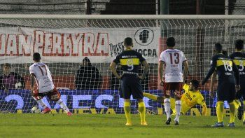 El gol del Globo tras la controvertida sanción del neuquino Herrera. Contacto hubo, ahora lo que no quedó claro es si fue lo suficientemente fuerte. Huracán amargó a Boca.