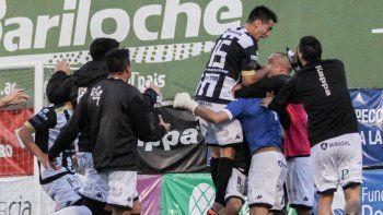 Todos abrazan al héroe. Matías Alasia atajó dos penales y metió a Cipolletti a los cuartos de final del Federal A.