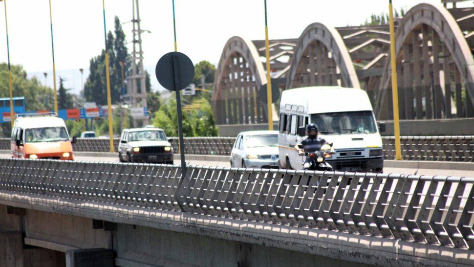 La entrega de la máquina estaba pautada para realizarse en el puente que une Cipolletti con Neuquén. Pero nunca ocurrió.