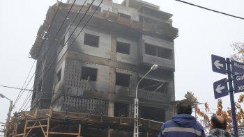Voraz incendio en una obra en construcción en el Bajo