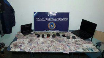 Los federales, en la terminal de Roca. En la mesa, parte de lo secuestrado.