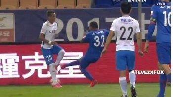 La patada de Carlitos que casi lastima a un rival en China.