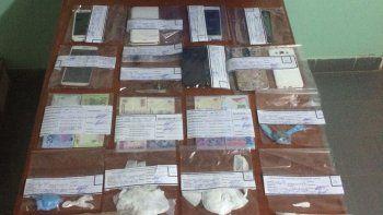 El procedimiento de Antinarcóticos arrancó la noche del viernes y concluyó la madrugada del sábado. Secuestraron autos, cocaína fraccionada y dinero que proviene de la comercialización.