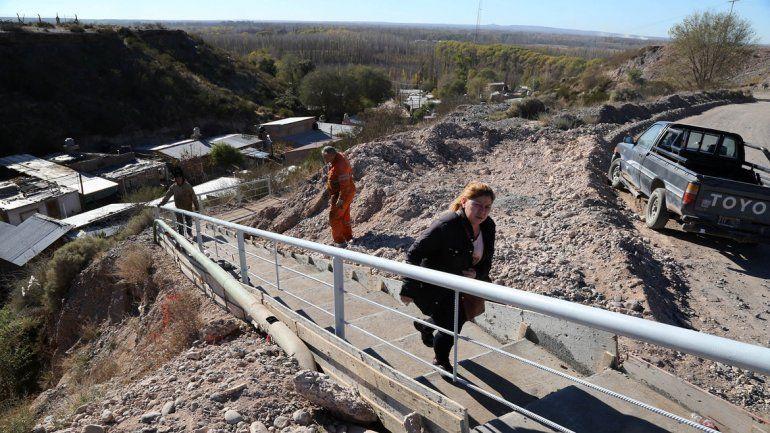 """El gobierno provincial construyó una """"escalera"""" para bajar al barrio."""