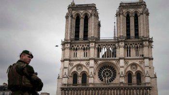 Pánico en París: un hombre atacó a martillazos a varios policías