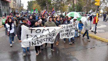 En la marcha también repudiaron la represión en Parque Industrial.