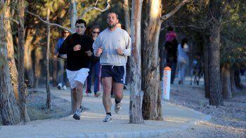 Es una moda la salida en grupos a hacer ejercicios en Parque Norte bajo las órdenes de un entrenador profesional.