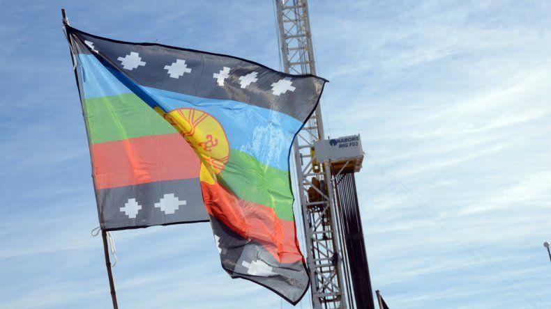 Banderas de la comunidad mapuche flamean en tierras petroleras.