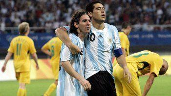A soplar las velitas. Lionel festeja 30 años y Román, los 38. Además, Messi se casa (el casorio es el 63 en la jerga quinielera).