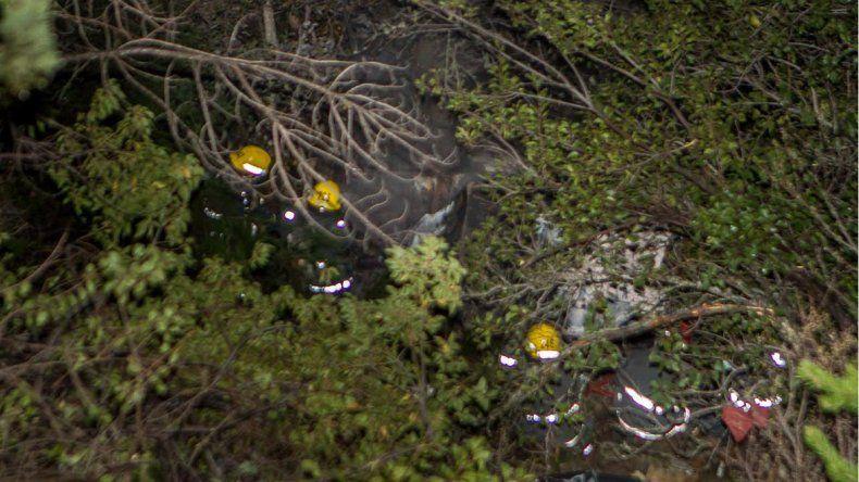 Una familia cayó por un barranco y su auto se incendió
