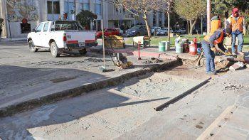 Operarios reparan los baches en Avenida Argentina y Alderete.