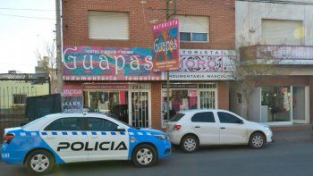 El local está sobre calle Láinez al 300 y se conecta con el que está al lado. Uno vende ropa de mujer y otro, de hombre. El ladrón huyó, pero quedó filmado.